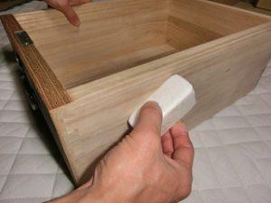 桐箪笥の豆知識、引出しの滑りを良くするイボタ蝋