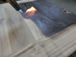 桐タンス修理、時代仕上げの焼き作業、扉の裏