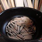 桐タンス修理、木釘を煎る