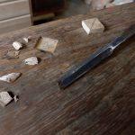 桐タンス修理、深い傷部分をひし形に彫る