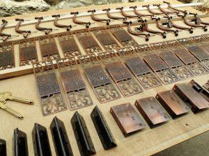 桐タンス修理、金物磨きとカビ処理1